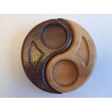 Suport lumanari Yin&Yiang cu margini rotunjite.